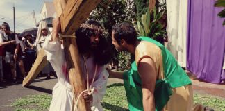 Manuel Covarrubias interpretando a Cristo en una de las caídas rumbo al Calvario
