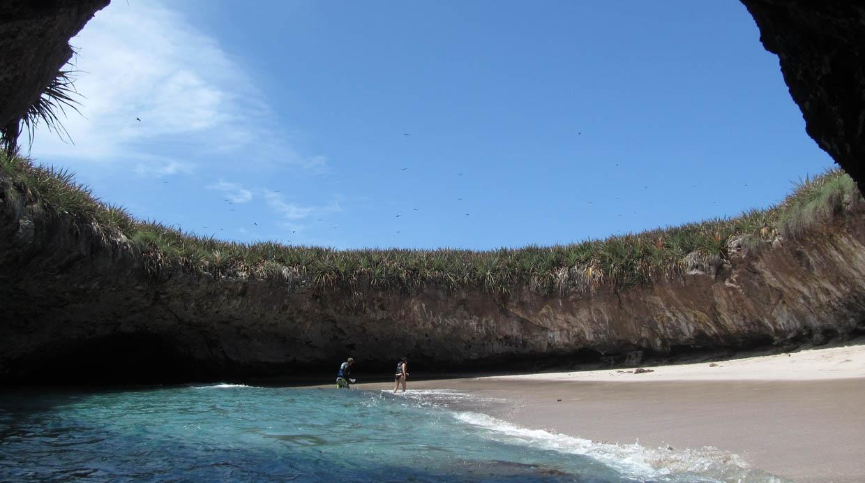 La Playa del Amor en Islas Marietas fue cerrada al turismo tras el deterioro de los arrecifes de coral del lugar.