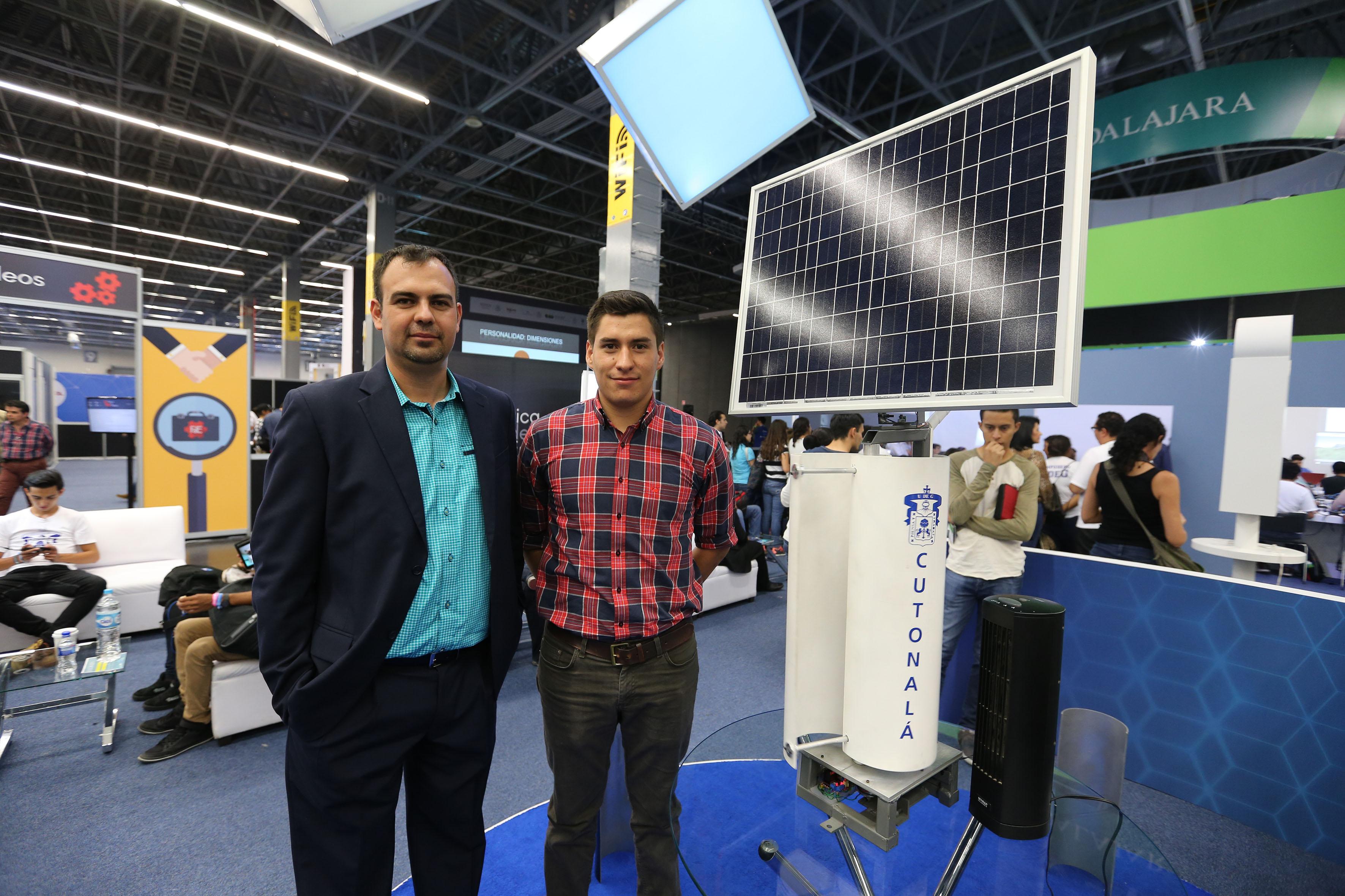 Carlos Vega Gómez y Alejandro Michel junto a su prototipo que trabaja por energía solar