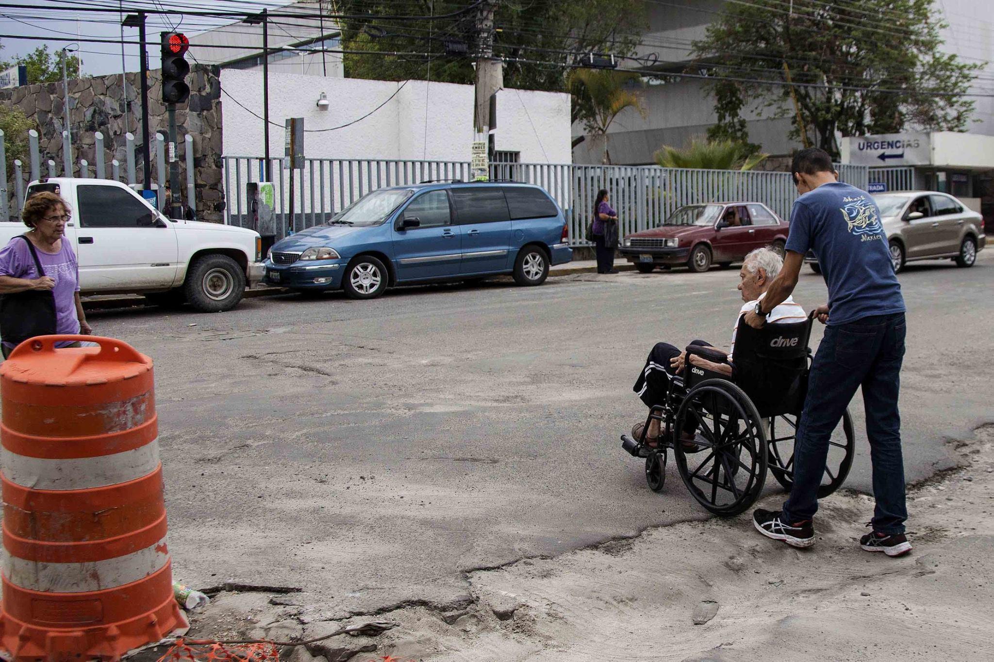 Adultos mayores frente a la falta de infraestructura para la movilidad peatonal