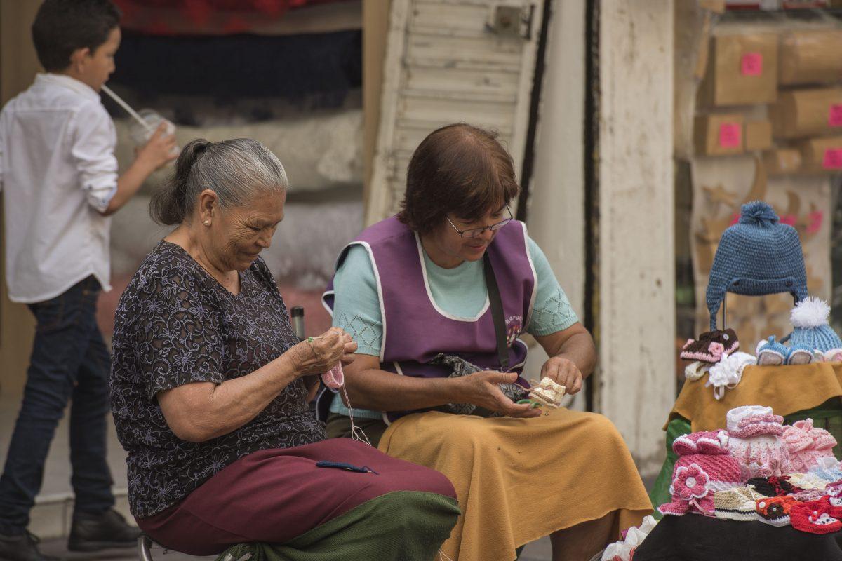Adultos mayores laborando