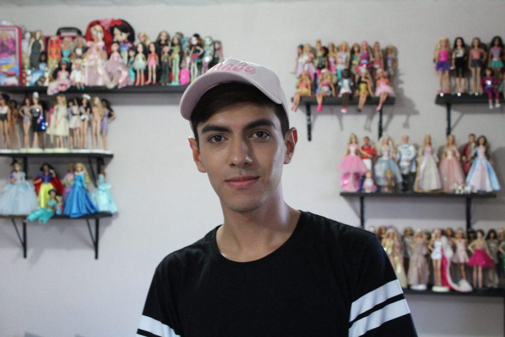 Jesús Medina, diseñador de modas de muñecas, en Villa Guerrero
