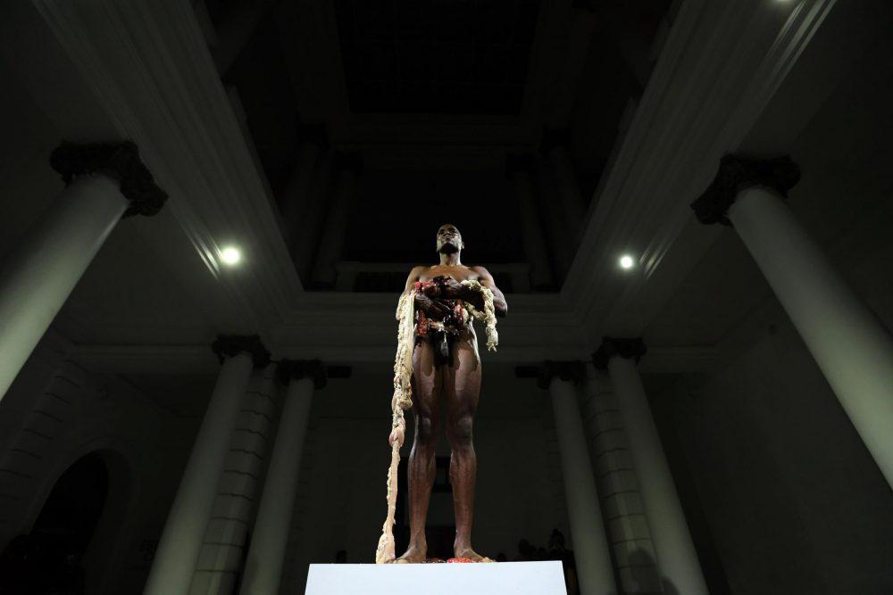 """Carlos Martiel, en """"Transfiguración"""", en el MUSA. Fotografía: Abraham Aréchiga"""
